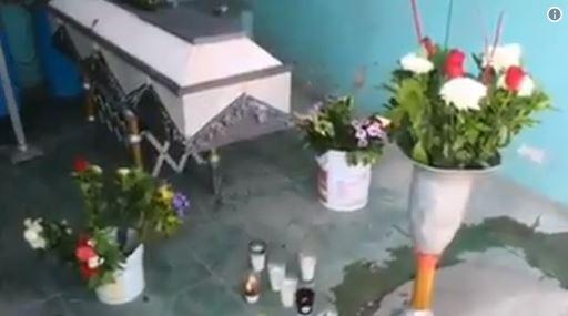 Una familia se llevó las pertenencias de un difunto durante su funeral
