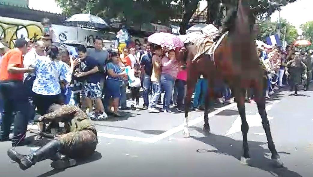 El Salvador celebra la independencia con desfile protagonizado por militares