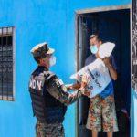 Ministro de la Defensa entrega paquetes alimentarios en San Miguel